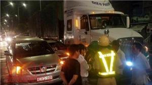Nhường đường cho xe cứu thương, ô tô con bị container đâm liên hoàn