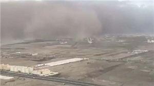 VIDEO: Phi công hạ cánh như phim hành động lúc bão cát 'nuốt trọn' đường băng