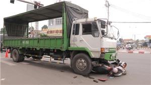 Xe tải tông vào hai xe máy đang dừng chờ đèn đỏ