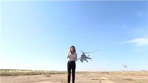 VIDEO: Nữ phóng viên suýt bị cánh trực thăng xẹt ngang đầu trong lúc đưa tin