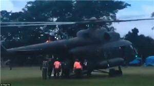 VIDEO: Trực thăng đưa 4 cầu thủ nhí Thái Lan tới bệnh viện sau 16 ngày mắc kẹt