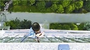 Khoảnh khắc bé trai 5 tuổi được cứu sau 30 phút treo người ngoài ban công tầng 19