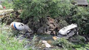 Va chạm với xe bồn, xe khách rơi xuống vực sâu làm 15 người thương vong