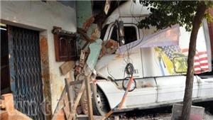 Xe container mất lái, ủi sập 6 căn nhà tại TP HCM