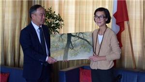 Trao tặng tuyệt phẩm của họa sĩ Trần Phúc Duyên cho Đại sứ quán Việt Nam tại Thụy Sỹ