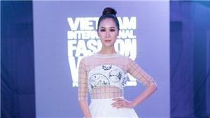 Hoa hậu Dương Thuỳ Linh mặc váy xuyên thấu làm MC Tuần lễ thời trang