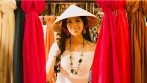 Hoa hậu Tiểu Vy mang món quà Hội An tặng bạn bè quốc tế