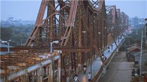 Tìm kiếm người đàn ông đi bộ trên trên đường ray cầu Long Biên bị tàu hỏa đâm văng xuống sông Hồng
