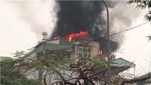Cứu chín người dân thoát khỏi đám cháy trên phố Lạc Trung, Hà Nội