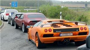 Rượt bắt hàng trăm xe sang Lamborghini, Porsche, Audi và BMW đua trên cao tốc