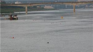 Bất chấp nguy cơ chết đuối, người dân Hòa Bình vẫn vô tư tắm sông Đà dù đã có biển cấm