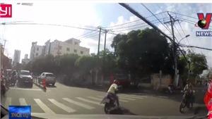 VIDEO: Vừa đi vừa nghe điện thoại, xe máy ngã lăn ra đường