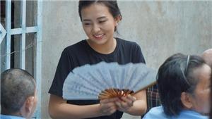 Thí sinh Miss World Việt Nam nghẹn ngào trước tình cảnh của các cụ già neo đơn