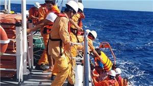 Đưa 6 thuyền viên bị chìm tàu ở phía Tây quần đảo Hoàng Sa về bờ an toàn