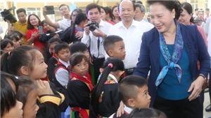 Chủ tịch Quốc hội Nguyễn Thị Kim Ngân tặng sữa cho học sinh huyện miền núi Hoành Bồ, Quảng Ninh