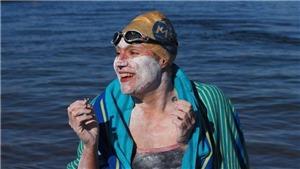 Một nữ bệnh nhân ung thư lập kỷ lục bơi 4 lần không nghỉ qua Eo biển Manche