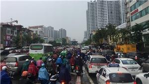 Mưa lớn đầu giờ sáng tại Hà Nội, nhiều tuyến đường ùn tắc cục bộ