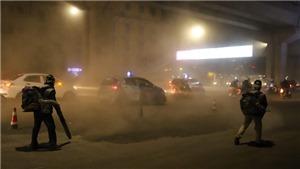 Xem cảnh công nhân thi công đường Nguyễn Trãi thản nhiên 'thổi bụi' vào người giao thông