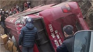Xe tải mất phanh đâm xe khách lật ngang, 12 người bị thương