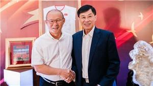 Doanh nhân Johnathan Hạnh Nguyễn và HLV Park Hang Seo chung tay tiếp sức quỹ Vừ A Dính