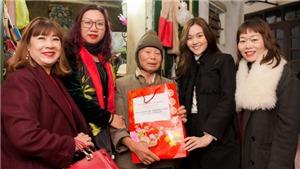 Á hậu Tường San cùng mẹ tặng quà cho người già neo đơn tại Hà Nội