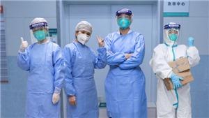 Dịch COVID-19: Từ tâm dịch Vũ Hán, nhân viên y tế kể chuyện phải 'đóng bỉm' và nhịn uống nước