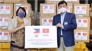 Doanh nhân Johnathan Hạnh Nguyễn thuê chuyên cơ chở trang thiết bị y tế tặng Philippines chống dịch Covid-19