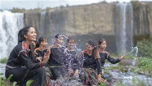Hoa hậu H'Hen Niê cover 'Vũ điệu rửa tay' cùng hội chị em gái dân tộc Êđê
