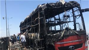 Xe khách giường nằm bốc cháy ngùn ngụt trên cầu Nguyệt Viên