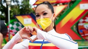 Hoa hậu H'Hen Niê đeo khẩu trang cổ vũ các tay đua xe đạp