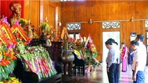 Dâng hoa, hương tưởng niệm Bác tại Khu Di tích Kim Liên