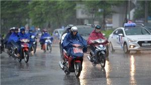 Miền Bắc mưa dông, miền Trung nắng nóng gay gắt kéo dài