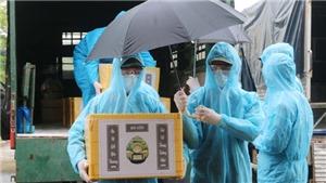 Hình ảnh bàn giao tro cốt cho gia đình có người tử vong do dịch Covid-19 ở An Giang