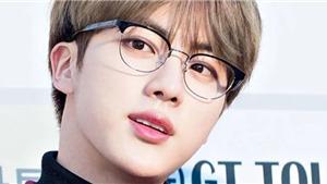 ARMY phát hiện Jin của BTS có kiểu chỉnh kính 'chẳng giống ai'