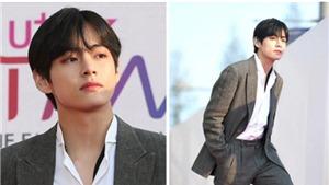 V (BTS) trông chẳng khác gì một CEO trên thảm đỏ giải Âm nhạc The Fact