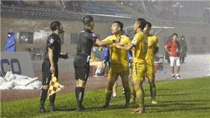 Xem lại tình huống bắt việt vị khiến trợ lý trọng tài Đức Tuấn bị treo cờ