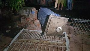 Xe tải tông sập cổng nhà dân, nhiều người may mắn thoát chết