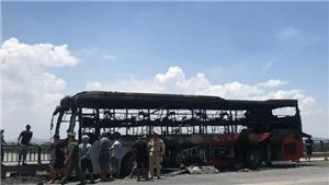 Xe ô tô khách 40 chỗ bị cháy rụi trên đường tránh Huế
