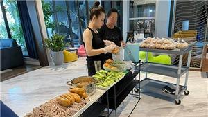 Cường Đôla và Đàm Thu Trang vào bếp làm bánh mì chả tặng bà con Sài Gòn