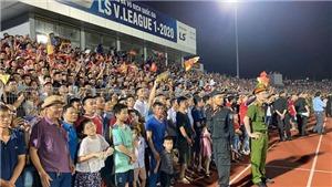 VIDEO: Gặp TPHCM, BTC sân Hà Tĩnh lên phương án tránh 'vỡ sân'
