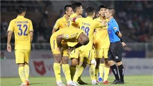 VIDEO: Trọng tài 'cướp' penalty của Nam Định bị treo còi 3 trận