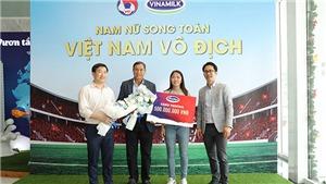 HLV Mai Đức Chung, Huỳnh Như và Chương Thị Kiều 'được mùa' nhận thưởng