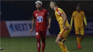 Ngoại binh chê mặt sân V-League như giải nghiệp dư