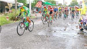 Tay đua 'sụp ổ gà, bay xuống ruộng' ở cuộc đua xe đạp Đồng bằng sông Cửu Long 2017