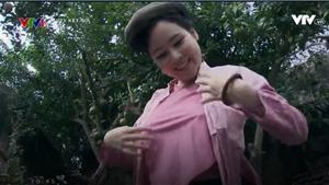 'Thương nhớ ở ai': Đạo diễn nói gì về nữ diễn viên mặc áo yếm không nội y trên truyền hình?