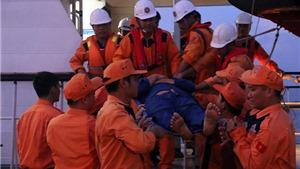 Đưa 2 ngư dân tàu cá bị chìm về đất liền cứu chữa, tiếp tục tìm kiếm người mất tích