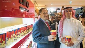 Đại gia Saudi Arabia thích thú ăn bỏng ngô, xem phim trong rạp chiếu sau 35 năm bị đóng cửa