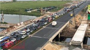 Ùn ùn về lại Thủ đô: Cao tốc Pháp Vân tắc dài hàng km, bến xe đông như nêm