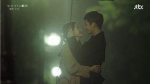 'Chị đẹp mua cơm ngon cho tôi' tập 12: Mặc kệ sóng gió, 'chị đẹp' và Soon Hee yêu lãng mạn dưới trời mưa