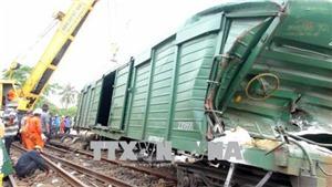 Huy động 2 cần cẩu chuyên dụng để cẩu toa tàu vụ tai nạn tại Quảng Nam